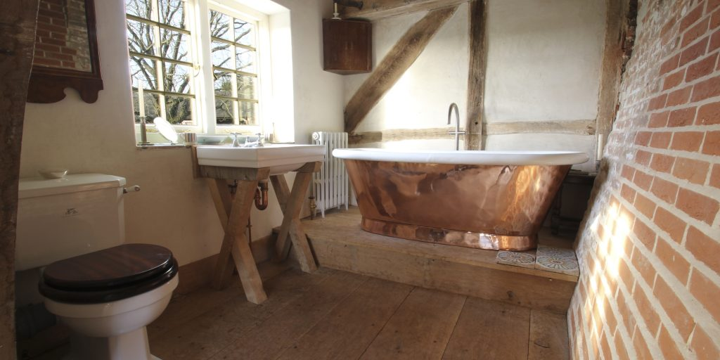 Freestanding roll top copper bathtub